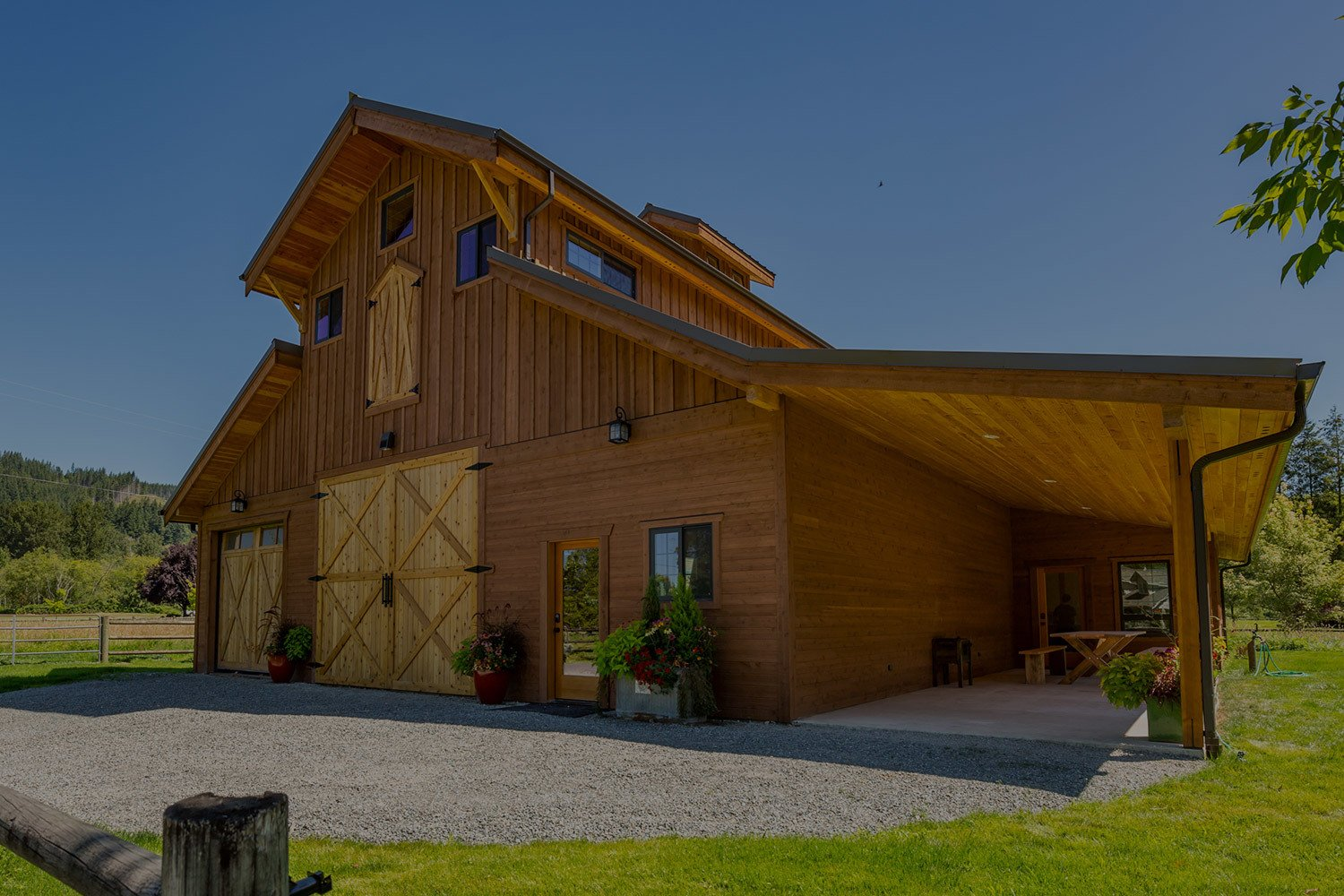 This all-wood monitor style apartment barn is a beautiful addition to the property.